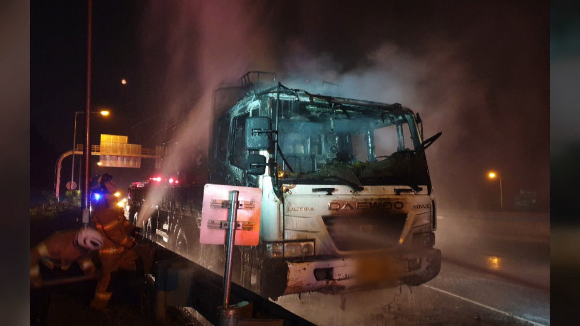 남해고속도 달리던 25톤 트럭 불…차량 전소